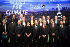 epa05054138 French President Francois Hollande (C) poses with Paris Mayor Anne Hidalgo (4-L), London Mayor Boris Johnson (L), New York Mayor Michael Bloomberg (3-R), Seoul Mayor Park Won-soon (R),  Dakar Mayor Khalifa Sall (2-L) and Rio de Janeiro Mayor Eduardo Paes (2-R) during the Mayors Summit, as part of the World Climate Change Conference 2015 (COP21), at Le Bourget, Paris, France, 04 December 2015. The 21st Conference of the Parties (COP21) is held in Paris from 30 November to 11 December aimed at reaching an international agreement to limit greenhouse gas emissions and curtail climate change.  EPA/STEPHANE DE SAKUTIN / POOL MAXPPP OUT